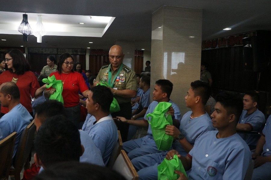 05 dec 18 AGH gift giving