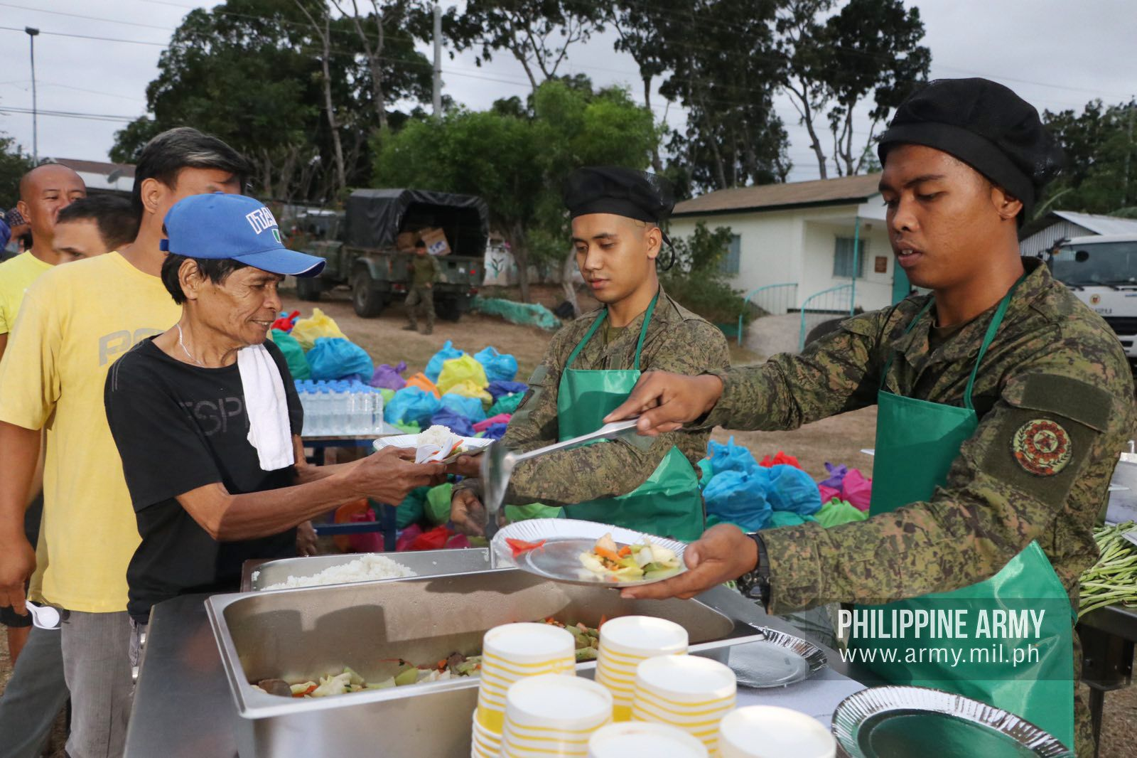 AFP Mobile Kitchen serves breakfast to Taal evacuees